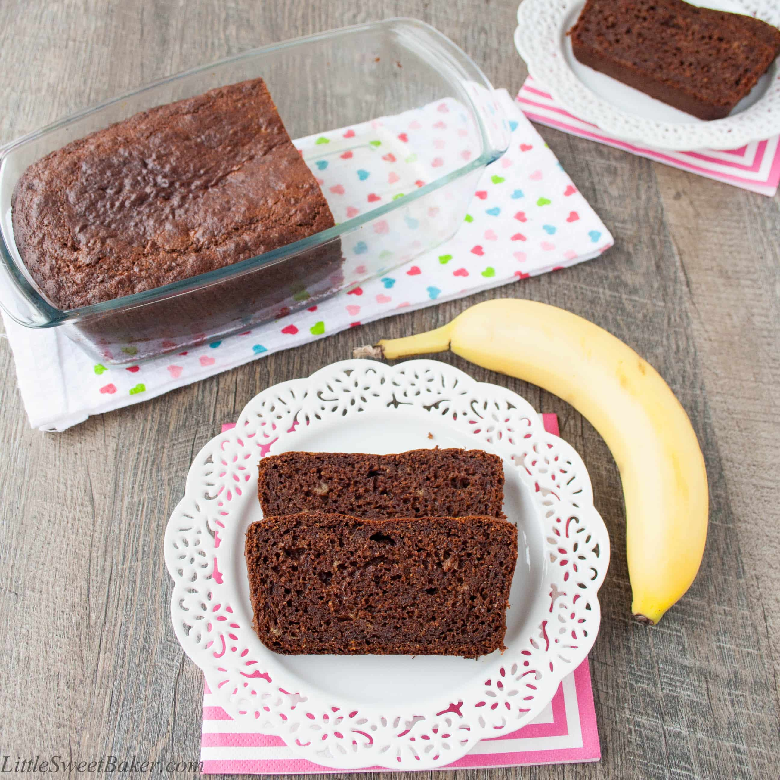 HEALTHY CHOCOLATE BANANA BREAD. Made with whole wheat flour, coconut oil, greek yogurt and honey. Totally healthy and absolutely delicious.